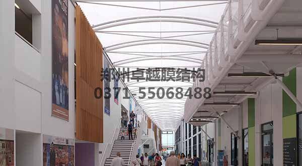 商业步行街走廊顶棚白天实景