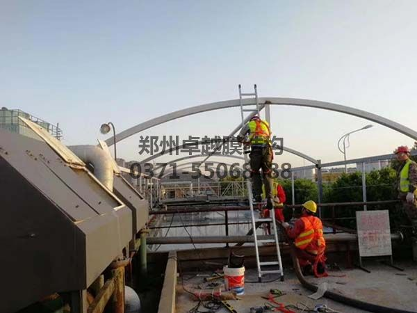 鼎点安装工人在做钢构油漆